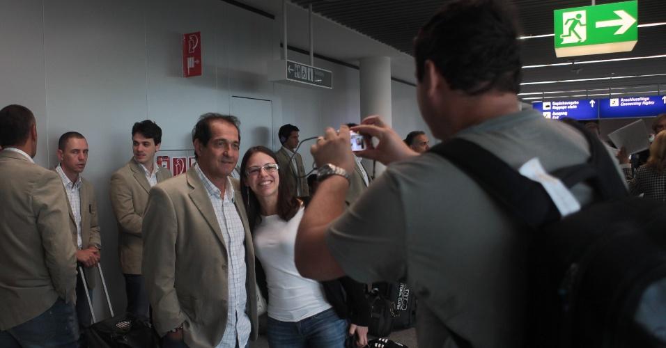 O técnico Muricy Ramalho atende fã e posa para foto no aeroporto internacional de Frankfurt. Santos viaja para o Japão na quarta-feira