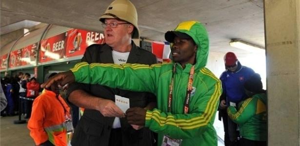Voluntário dá informação a turista na Copa do Mundo de 2010. Em 2014, 18 mil serão convocados