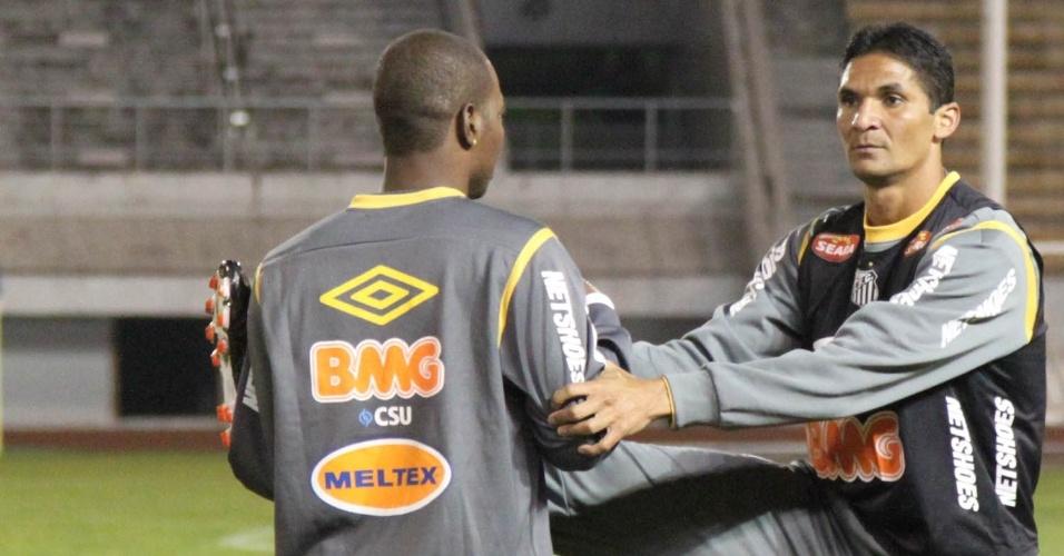 Durval e Renteria se alongam antes do primeiro treino do Santos no Japão
