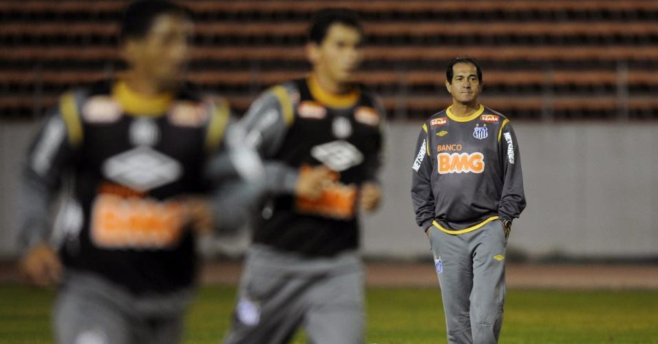 Pensativo, Muricy observa os jogadores no primeiro treinamento do Santos no Japão