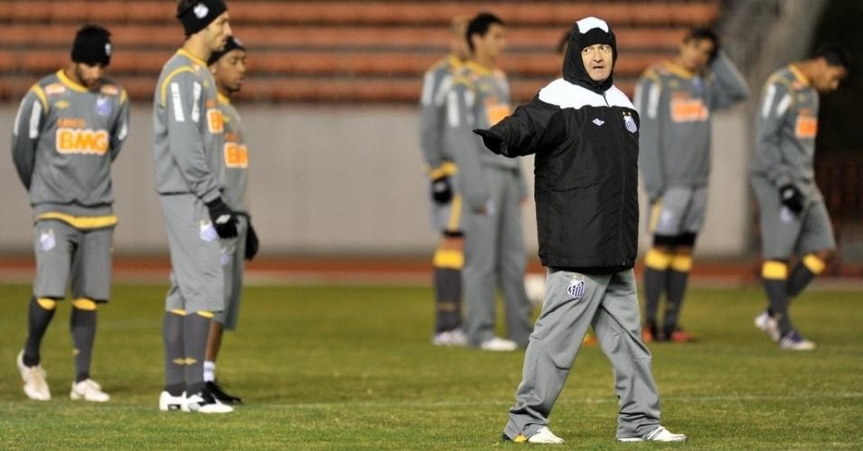 Muricy Ramalho orienta os jogadores durante o primeiro treinamento da equipe no Japão, antes do Mundial