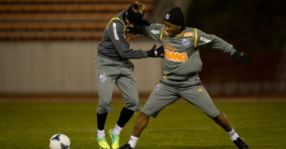 Neymar e Arouca brincam em disputa pela bola durante o treino do Santos em Nagoya, antes do Mundial