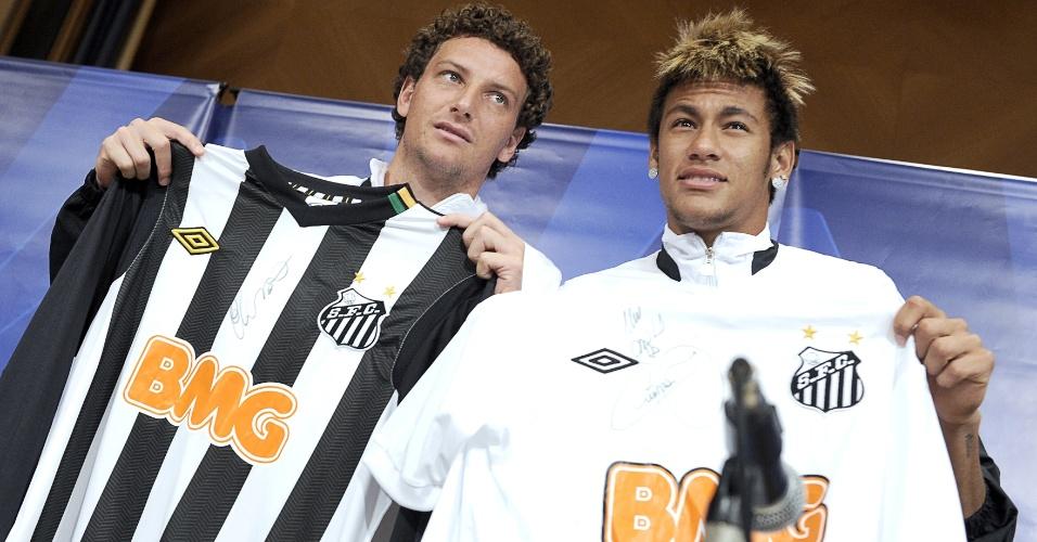 Neymar e Elano mostram o uniforme do Santos que será utilizado no Mundial de Clubes