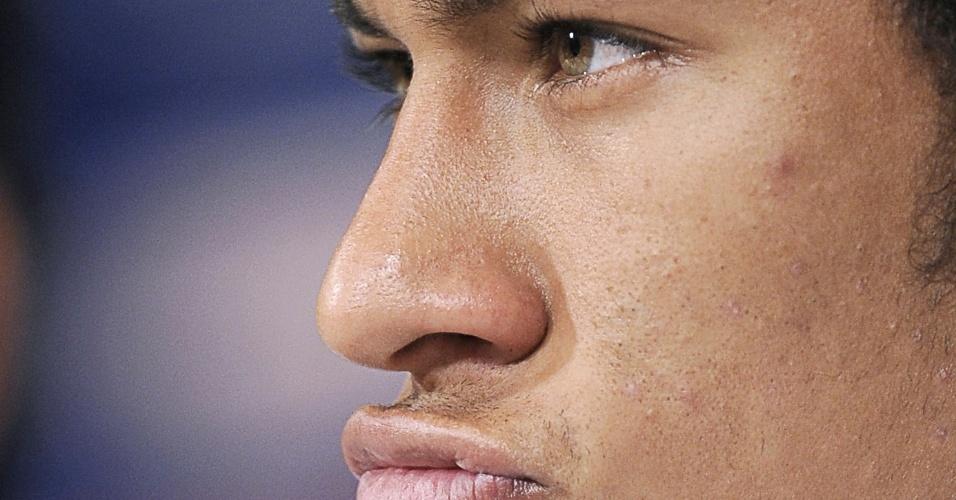Neymar 'presentou' os fotógrafos fazendo caras e bocas durante a entrevista coletiva