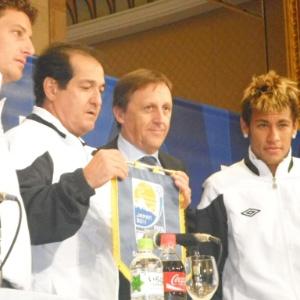 Treinador do Santos, Muricy Ramalho, apresenta flâmula santista que estará nas mãos do capitão Edu Dracena