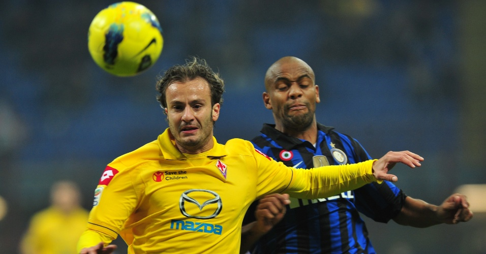 Maicon e Gilardino brigam pela bola durante o jogo entre Inter de Milão e Fiorentina