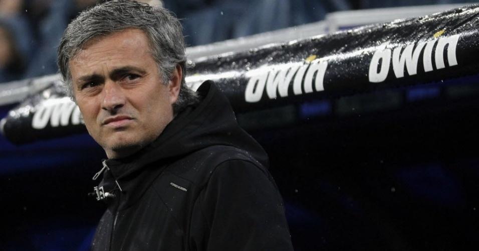 Técnico do Real Madrid, José Mourinho, assiste ao clássico contra o Barcelona