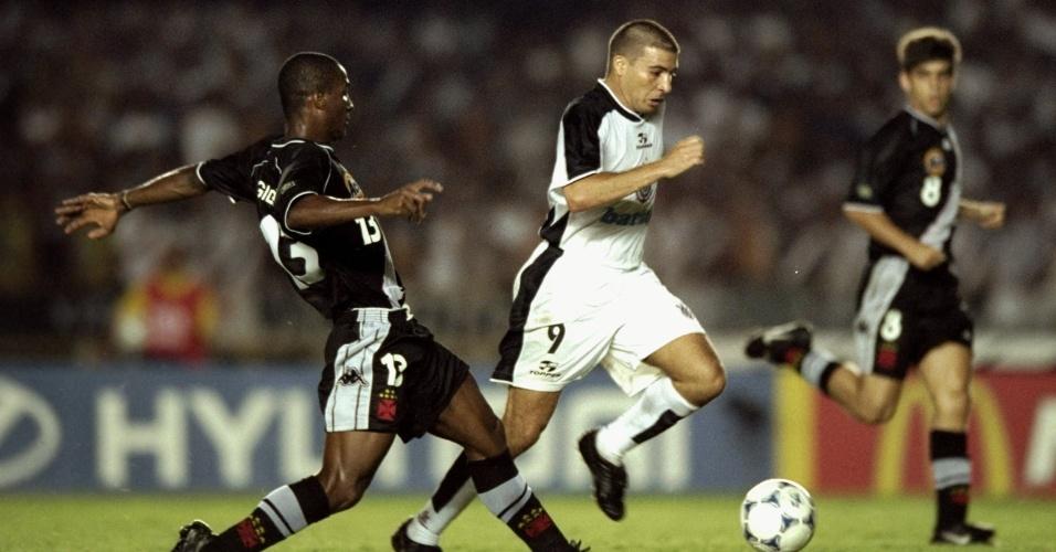 Atacante Luizão em disputa de bola com jogador do Vasco durante a final do Mundial de clubes de 2000