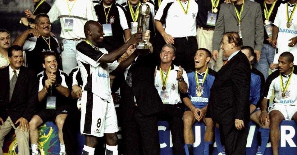 Capitão da equipe do Corinthians na época, o colombiano Rincón recebeu a taça de campeão mundial das mãos do presidente da Fifa, Joseph Blatter