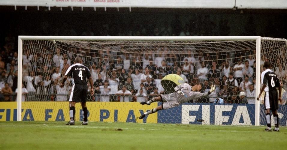 Dida não consegue a defesa em um dos gols de Anelka no empate por 2 a 2 entre Corinthians e Real Madrid pela primeira fase do Mundial de clubes