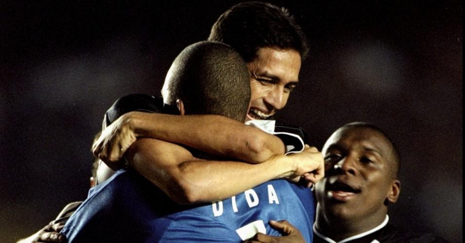 Jogadores do Corinthians abraçam o goleiro Dida, um dos responsáveis pelo título corintiano