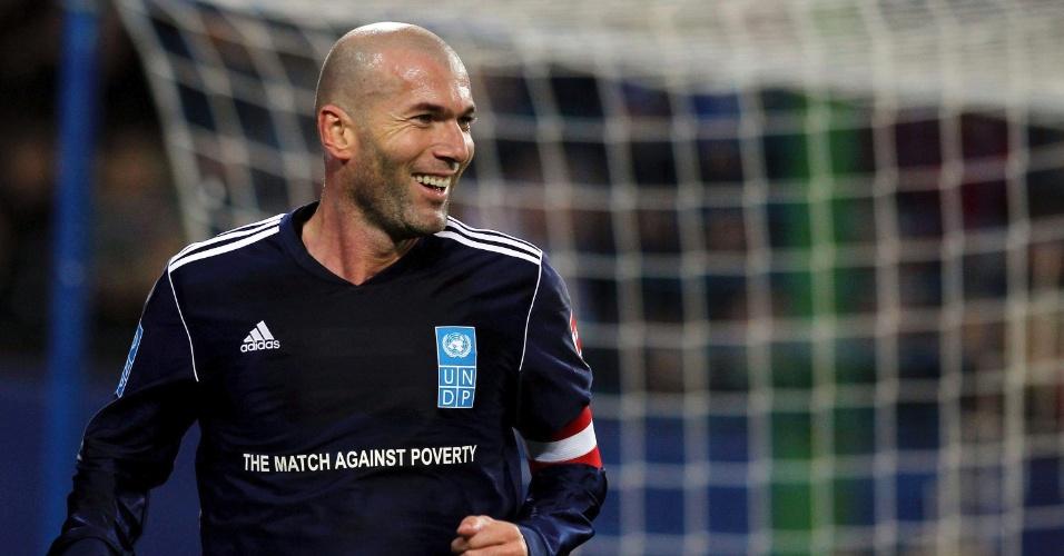Zidane comemora um dos gols de seu time em amistoso contra o Hamburgo; francês jogou ao lado de Ronaldo