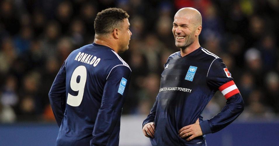 Zidane conversa com Ronaldo e sorri durante jogo para arrecadar fundos e minimizar a pobreza nos países africanos