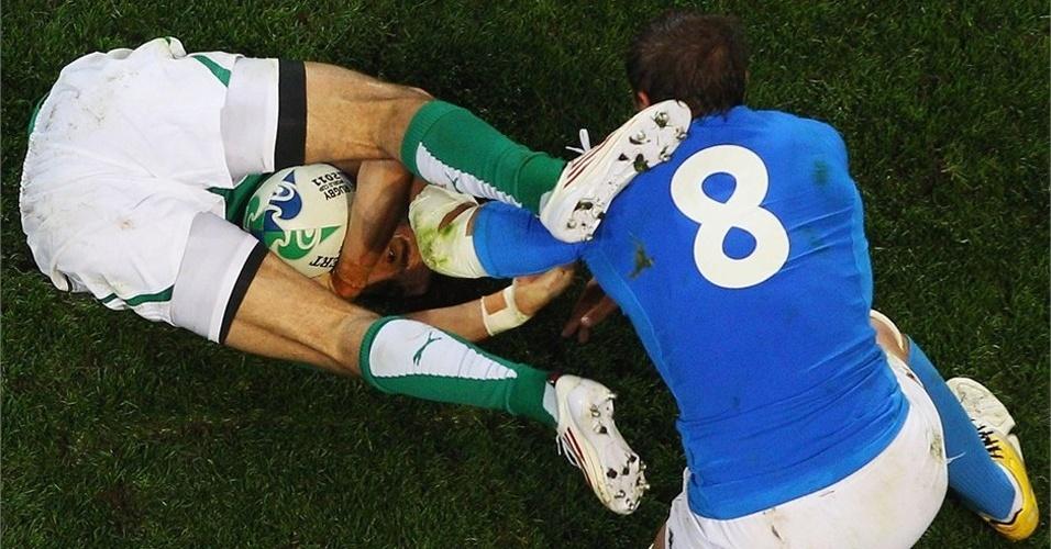 Irlandês se contorce todo para garantir a posse de bola no jogo contra a Itália, durante o Mundial de Rúgbi (03/10/2011)