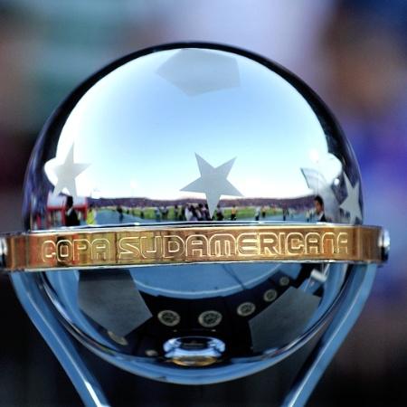 Troféu da Copa Sul-Americana - AFP PHOTO / MARTIN BERNETTI