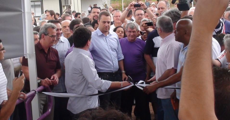 Andrés e seu vice Roberto de Andrade cortam a fita de inauguração do hotel