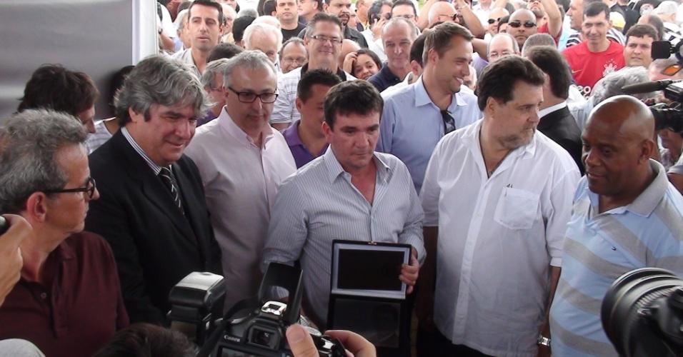 Andrés Sanchez exibe placa que recebeu de agradecimento da diretoria pelo tempo que presidiu o Corinthians