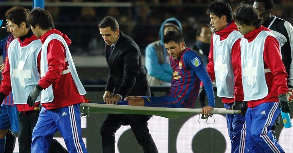David Villa é carregado de maca após sofrer fratura na perna durante a partida contra o Al Sadd pela semifinal do Mundial de Clubes