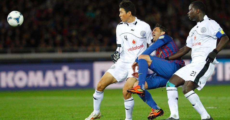 David Villa grita de dor após sofrer fratura na perna durante disputa de bola com Abdulla Koni e Lee Jung-soo na partida contra o Al Sadd
