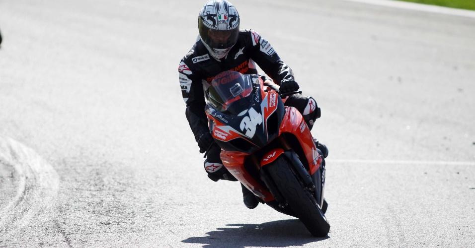 Cafu faz a curva em Interlagos durante vitória em desafio com Denílson