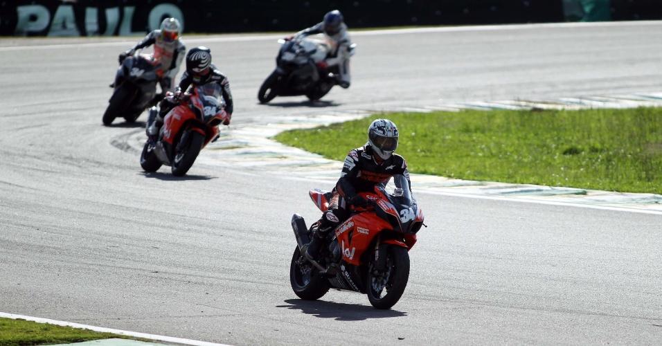Cafu lidera grupo de pilotos durante evento promocional de um desodorante em Interlagos