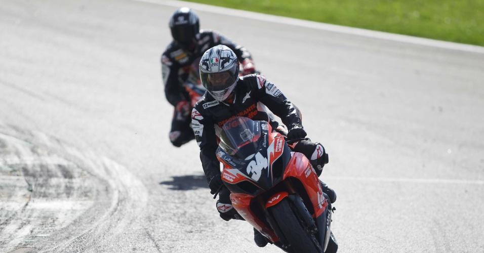 Cafu participa de desafio de motos em Interlagos em evento com bandeirada de Renata Fan