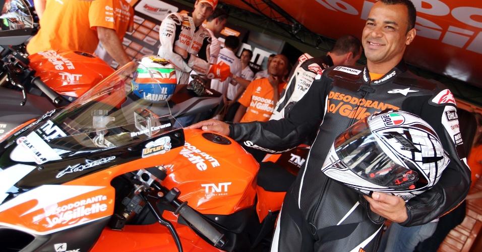 Cafu posa para foto ao lado da moto de 1.000 cc que usou para vencer Denílson