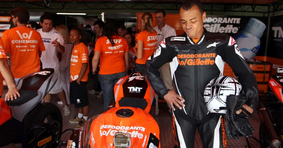 Cafu se concentra em desafio de motos contra Denílson em Interlagos