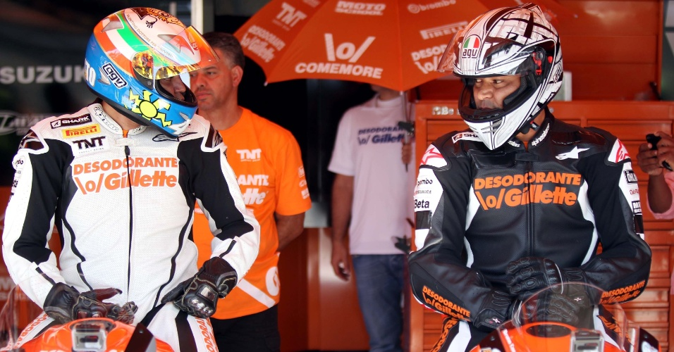 Denílson (e) e Cafu conversam nos boxes durante desafio de motos de 1000 cc em Interlagos