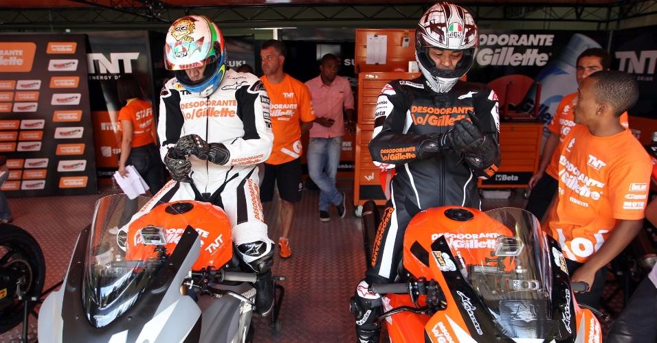 Denílson (e) e Cafu (d) arrumam as luvas antes de irem para a pista em Interlagos