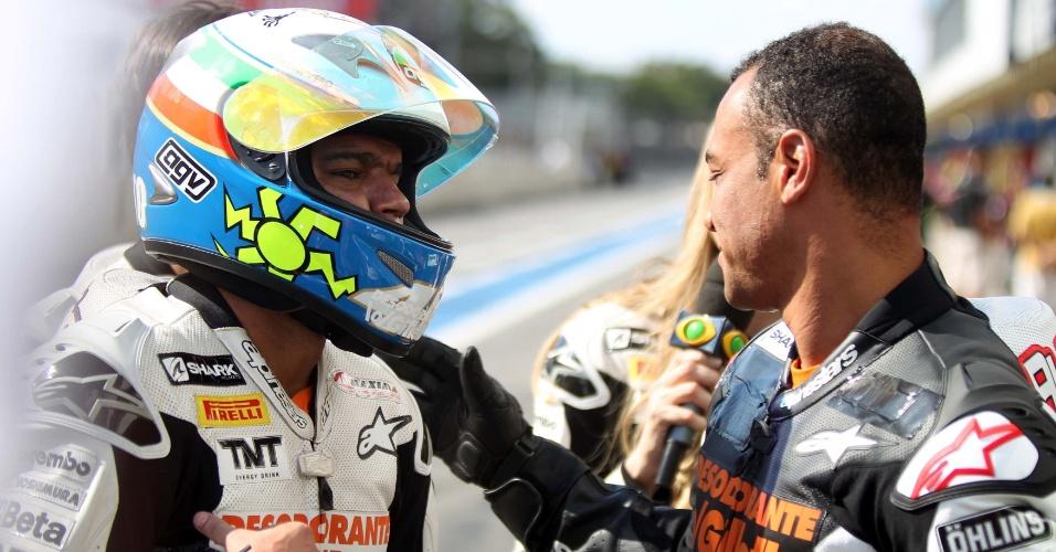 Denílson, à esquerda, e Cafu se cumprimentam em desafio de motos em Interlagos num evento promocional