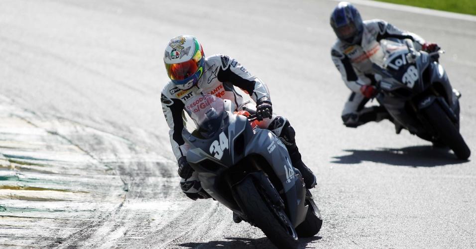 Denílson, número 34, faz a curva em Interlagos durante desafio que perdeu para Cafu