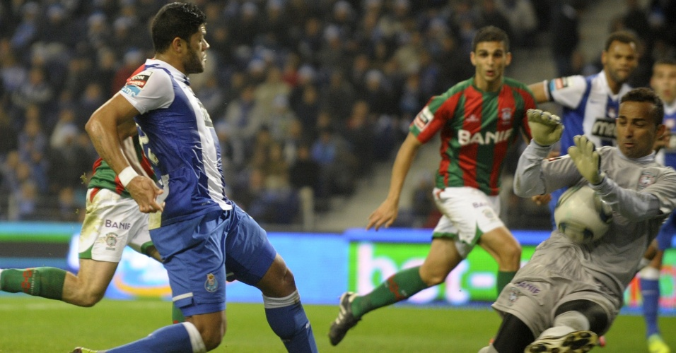Hulk, do Porto, desperdiça chance cara a cara com o goleiro Peterson, do Maritímo