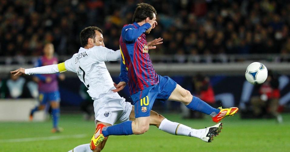 Edu Dracena tenta tirar a bola do argentino Messi, autor de dois gols na final do Mundial de Clubes