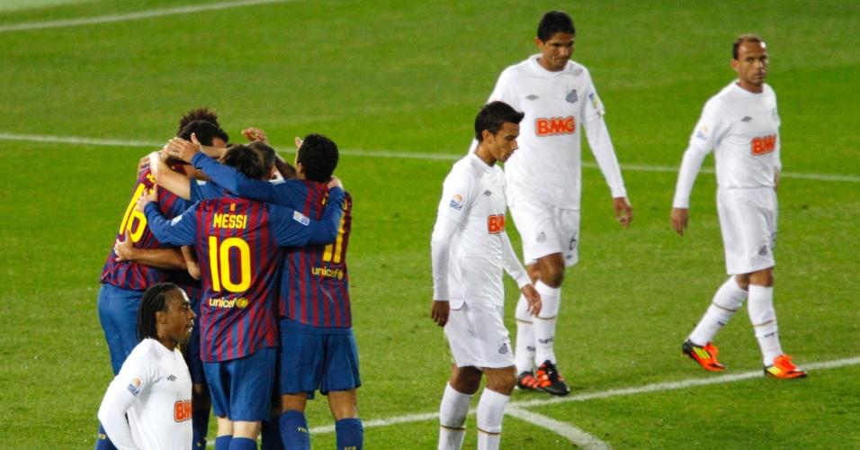 Jogadores do Barça comemoram o primeiro gol marcado por Messi, enquanto santistas lamentam