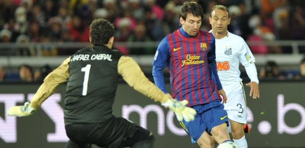 Messi em ação durante Barcelona x Santos em 2011 - AFP PHOTO/KAZUHIRO NOGI
