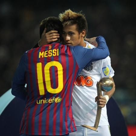 Neymar abraça Messi após receber o prêmio de terceiro melhor jogador do Mundial de Clubes de 2011 - Ricardo Nogueira/Folhapress