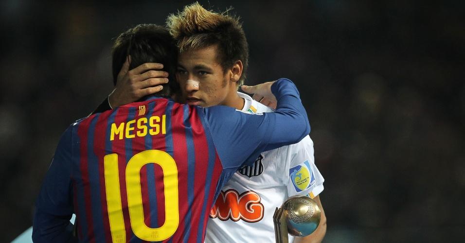 Neymar abraça Messi após receber o prêmio de terceiro melhor jogador do Mundial de Clubes