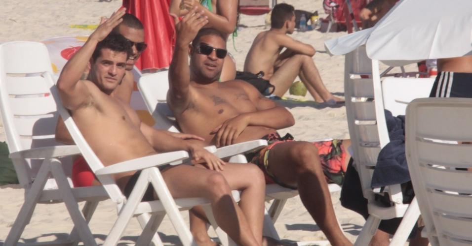 Adriano, atacante do Corinthians, acena para fotógrafo na praia do Rio de Janeiro (22/12/2011)