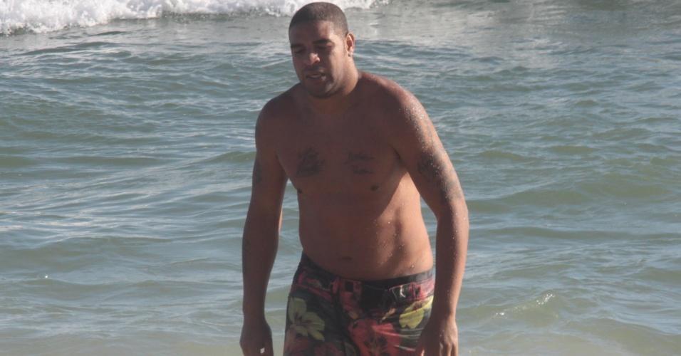 Adriano deixa o mar em praia do Rio de Janeiro durante as férias após o Brasileirão (22/12/2011)