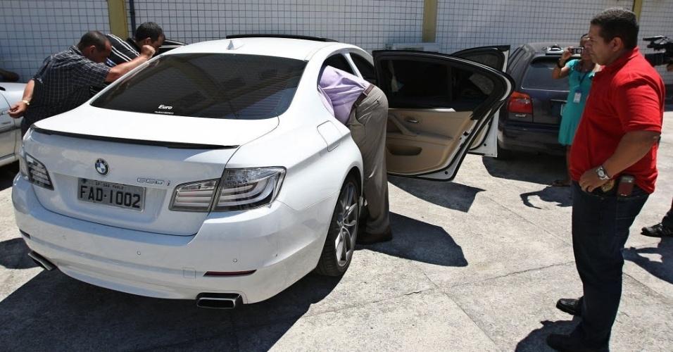 Policiais realizam perícia em carro do jogador Adriano, no qual uma mulher foi baleada por um disparo acidental (24/12/11)
