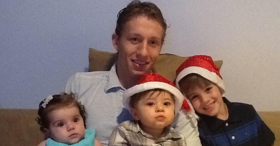Lucas Leiva entra no clima natalino e posa para foto com as crianças