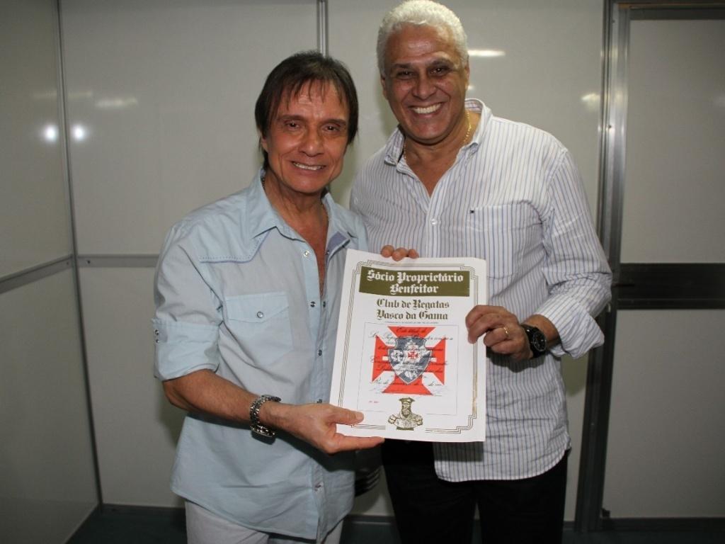 Roberto Carlos recebe homenagem de Roberto Dinamite