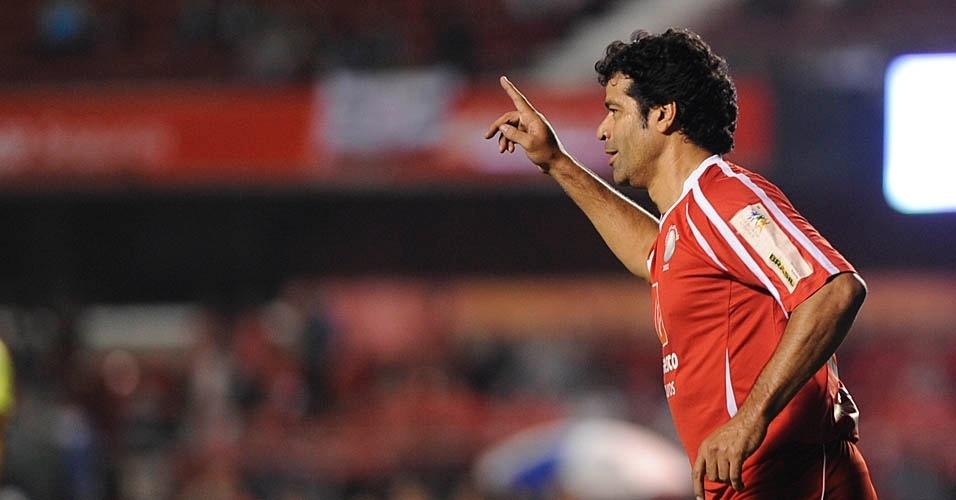 Raí comemora seu gol, pelo time dos Amigos do Zico, no Jogo das Estrelas