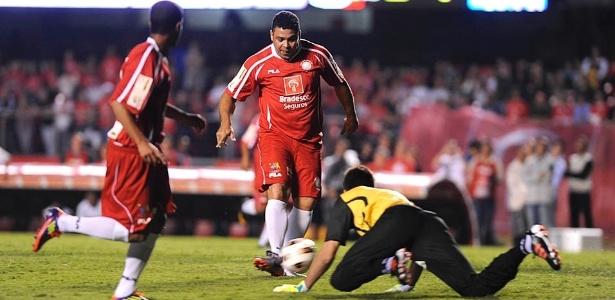 Ronaldo marca presença no time dos Amigos do Zico no Jogo das Estrelas, no estádio do Morumbi