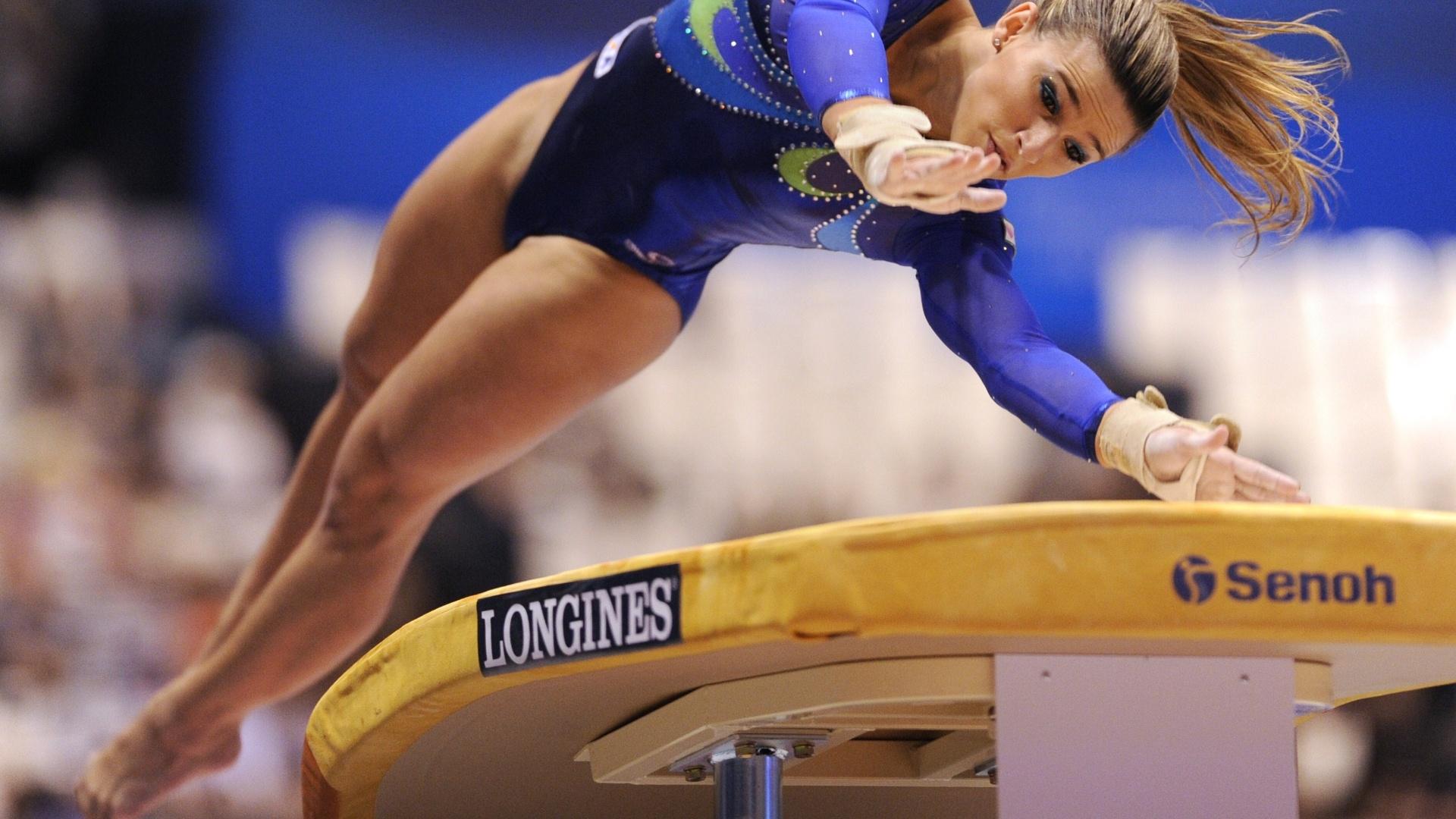 Jade Barbosa, uma das brasileiras no Pré-Olímpico de ginástica, atua no salto sobre o cavalo no Mundial (15/10/ 2011)