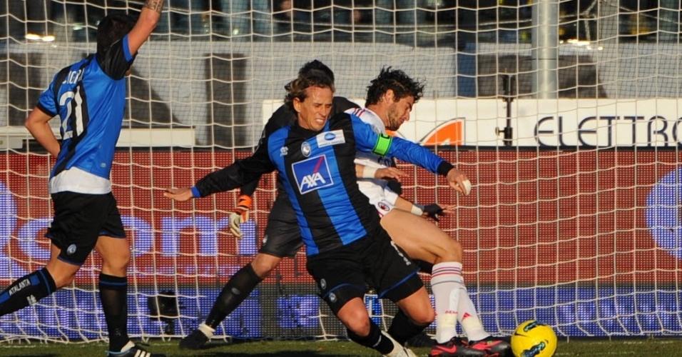 Pato disputa a bola com Manfredini, defensor do Atalanta