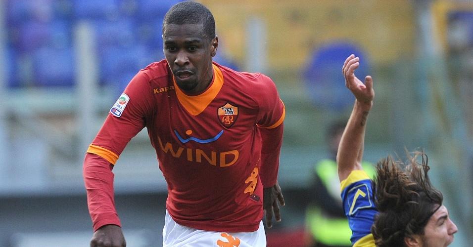 Zagueiro brasileiro Juan, da Roma, disputa a bola com Alberto Paloschi, do Chievo. Foto do dia 08/01/2012