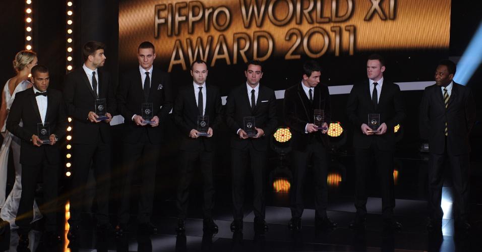Da esquerda para a direita, Daniel Alves, Piqué, Vidic, Iniesta, Xavi, Messi e Rooney foram eleitos os melhores de suas posições e receberam o prêmio de Pelé