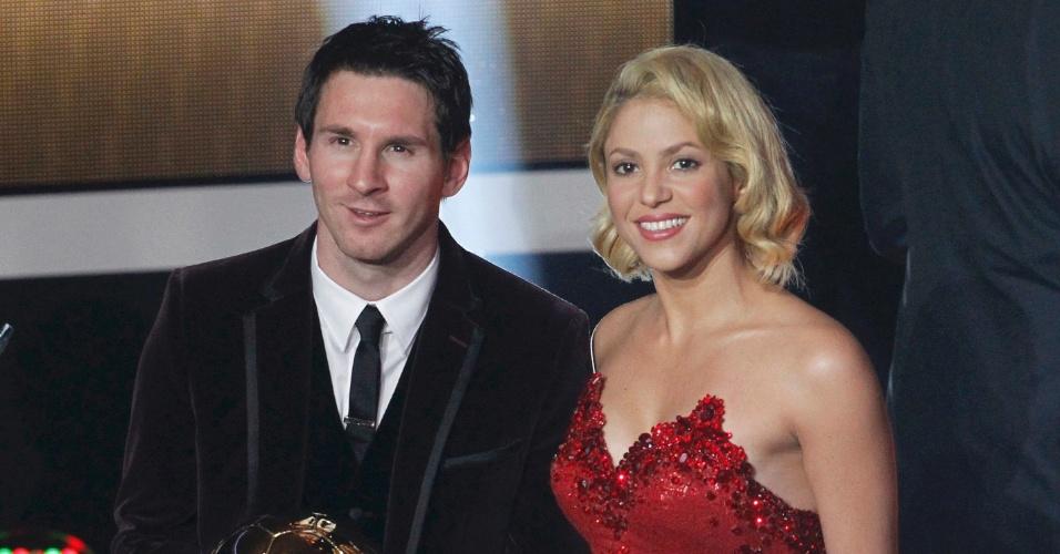 Jan.2012 - Eleito o melhor do mundo em premiação da Fifa, Messi posa para foto ao lado de Shakira; cantora colombiana tem marcado presença em grandes eventos esportivos e é noiva do defensor do Barcelona Piqué